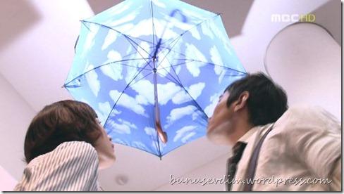 şemsiyenin altından gökyüzüne bakmak